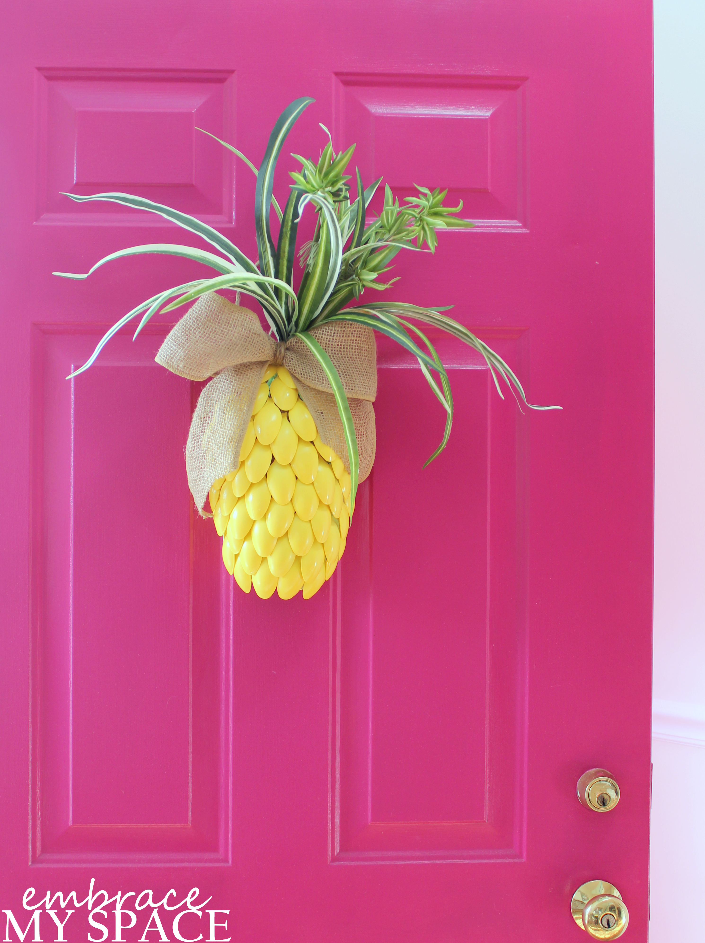 Why buy when you can diy pineapple door decor embrace for Ananas dekoration